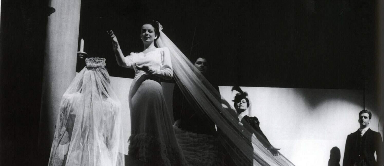 """Cena da peça """"Vestido de Noiva""""."""