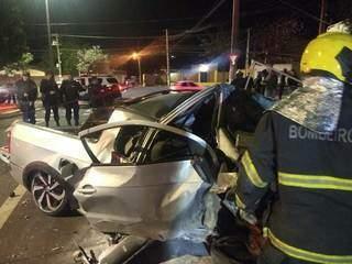 Carro ficou com a frente destruída depois da colisão (Foto: Direto das Ruas)
