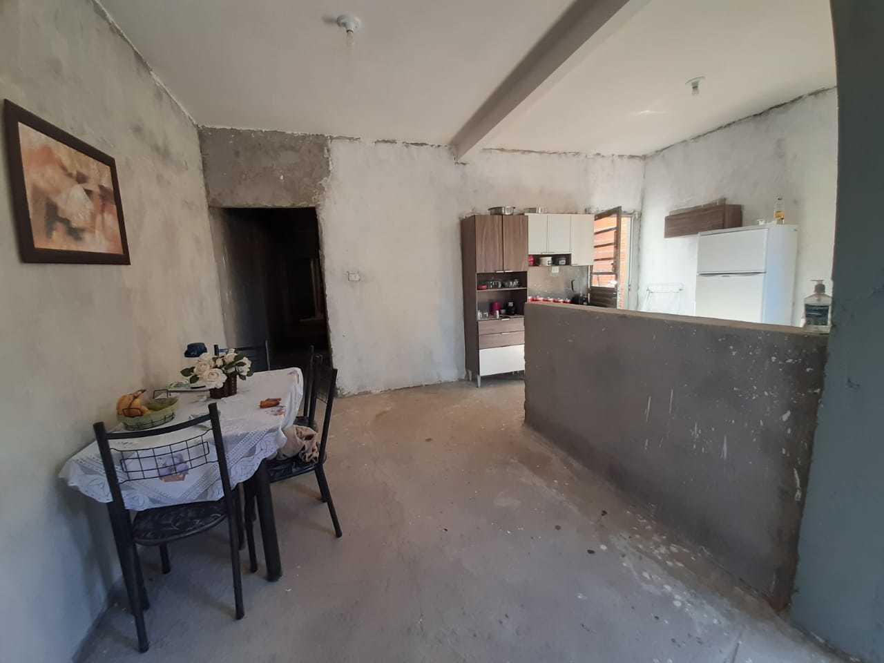 Apesar da falta de piso e pintura, Irani já decora a própria casa. (Foto: Arquivo Pessoal)