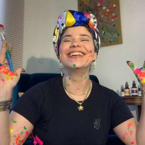 Com camisas e ecobags, Áurea quer celebrar a singularidade das pessoas