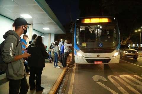 Com Centro em obras, usuários reclamam da demora até ônibus chegar ao ponto