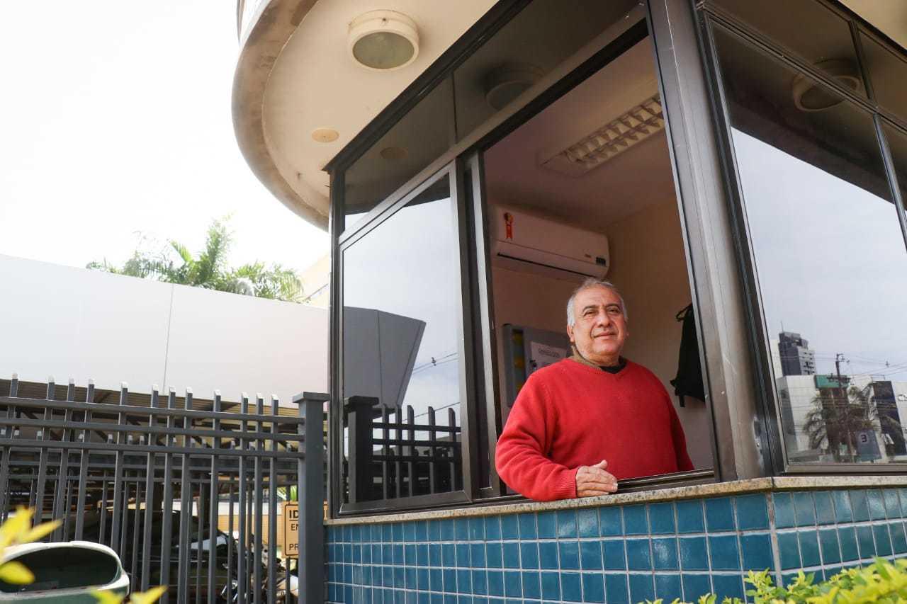 José trabalha na guarita do Fórum de Campo Grande desde o dia em que o prédio inaugurou. (Foto: Henrique Kawaminami)