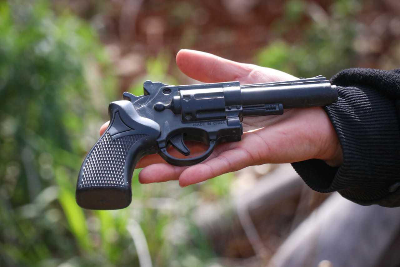 Arma de brinquedo que homem descartou na fuga (Foto: Henrique Kawaminami)