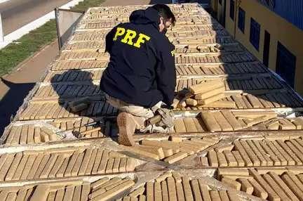 Motorista é preso com mais de 800 kg de maconha escondidos em teto de caminhão