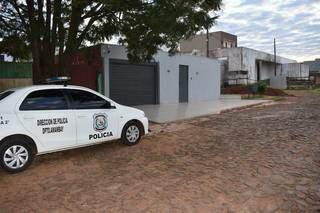 Viatura da Polícia Nacional em frente à casa alvejada por tiros ontem à noite (Foto: ABC Color)