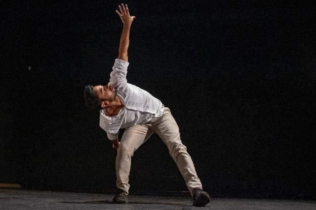 "Em espetáculo solo, bailarino reflete e se move entre o ""sano e o insano"""