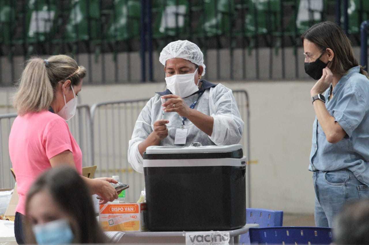 Enfermeira administra dose a ser aplicada no Guanandizão. (Foto: Marcos Maluf)