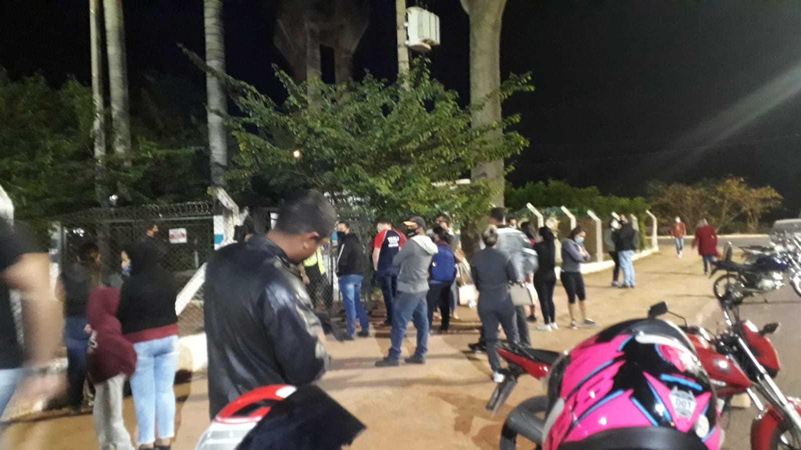 Moradores esperando do lado de fora do Guanandizão. (Foto: Direto das Ruas)