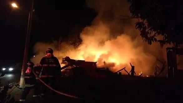 Corpo de Bombeiros combatendo um do incêndios registrados naquela madrugada (Foto: Divulgação/Corpo de Bombeiros)