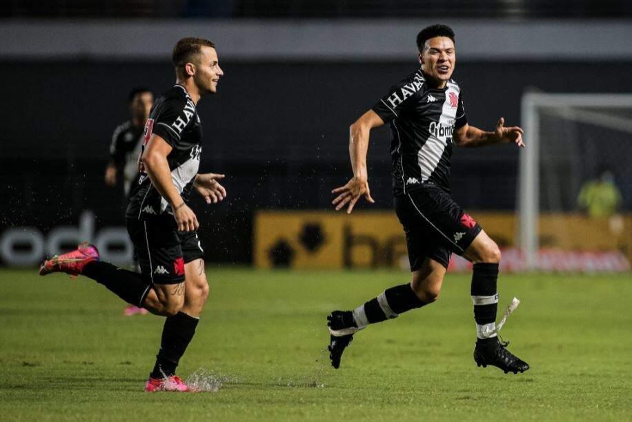 Marquinhos Gabriel comemora o primeiro gol vascaíno diante do CSA (Foto: Alisson Frazão)