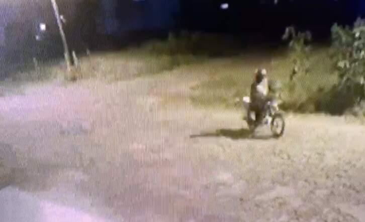 Motociclista no momento em que se aproximava da casa de juiz paraguaio (Foto: Reprodução)