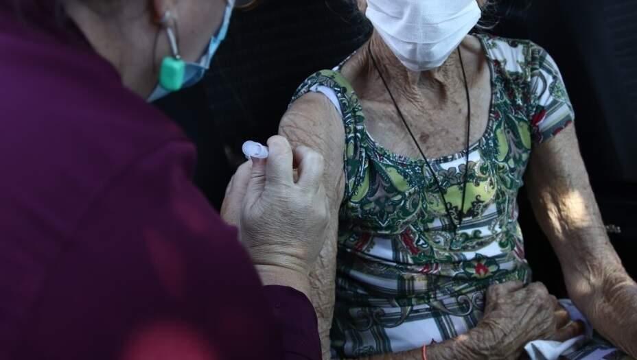 Idosa sendo vacinada em janeiro, em Dourados. (Foto: Prefeitura de Dourados)