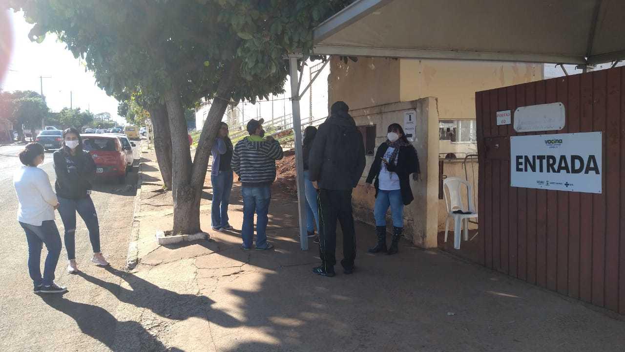 Moradores em frente a Seleta de Campo Grande. (Foto: Cristiano Arruda)
