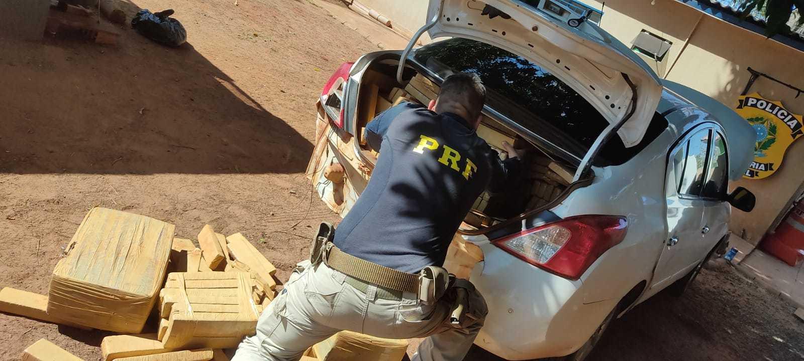 Mais de 700 quilos de maconha foram retirados de veículo Nissan (Foto: Divulgação/PRF)