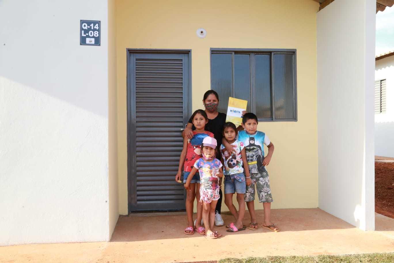 Hilda e os quatros filhos em frente a casa entregue nesta tarde. (Foto: Kisiê Ainoã)