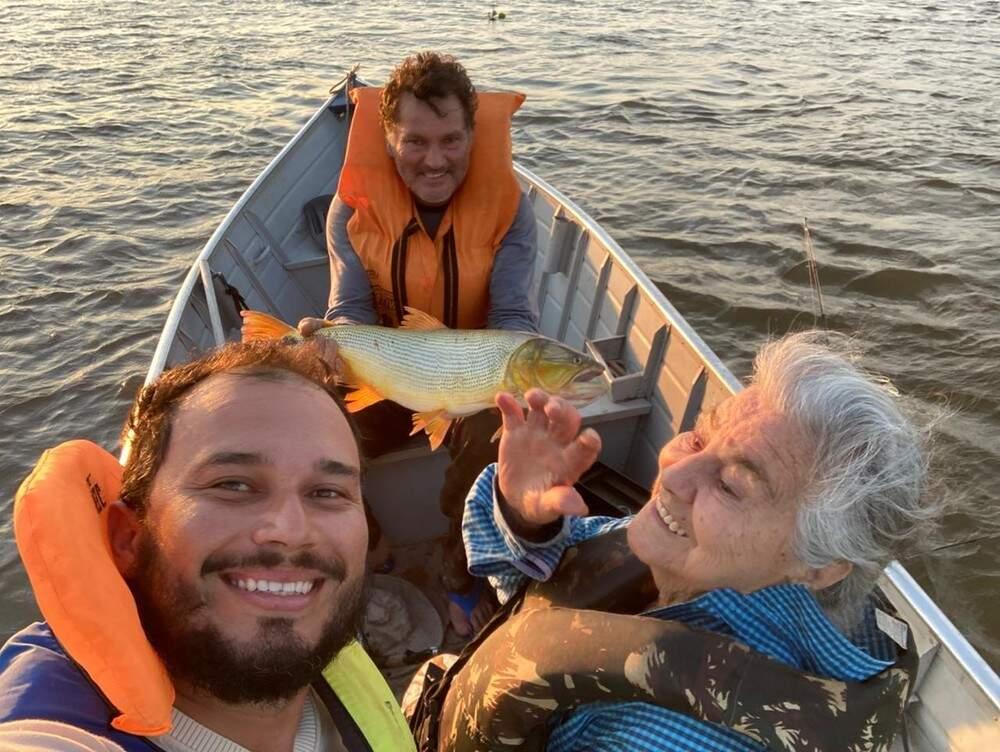 No último sábado, vovó se divertiu com o neto e o filho, e aventura rendeu boas risadas. (Foto: Arquivo Pessoal)