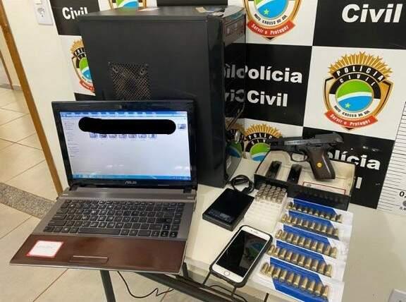 Computador, arma e o celular usado nas filmagens foram apreendidos (Foto: Divulgação)