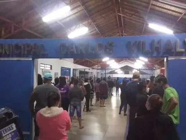 Pais aglomerados na escola a espera da assinatura do termo para retorno das aulas (Foto: Direto das Ruas)