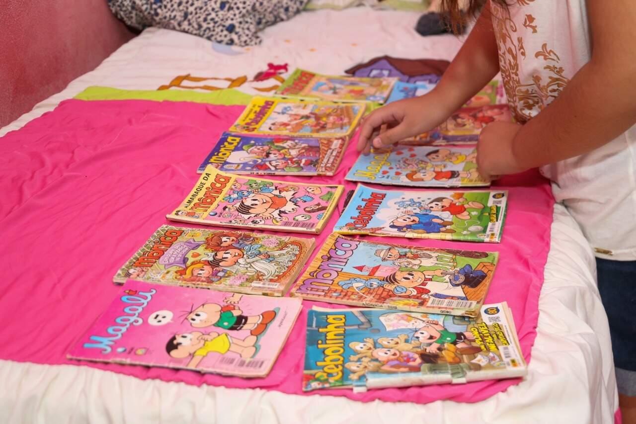 Sobre a cama, ela esparrama seus gibis para mostrar o quanto adora ler historinhas. (Foto: Paulo Francis)
