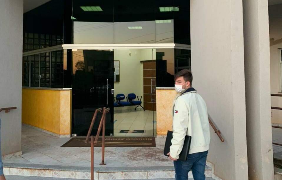 Com pastas de documentos, Lucas Foroni chega ao MP para denunciar esquema (Foto: Divulgação)