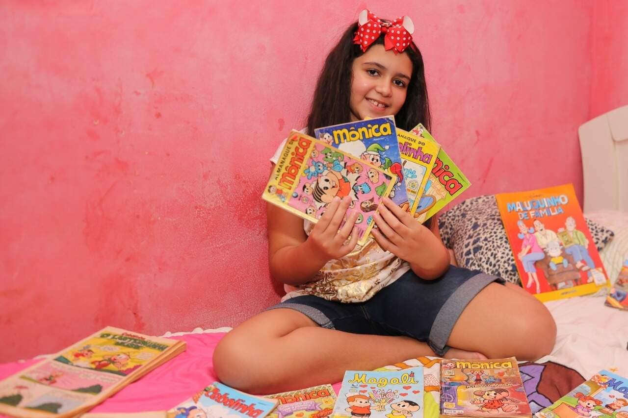 Aos 9 anos, Isabella Leal dos Santos mostra sua coleção de gibis da Turma da Mônica. (Foto: Paulo Francis)