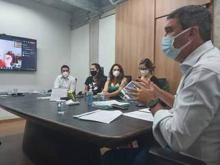 Reunião entre Riedel (à direita) e representantes de organizações não governamentais. (Foto: Ana Brito)