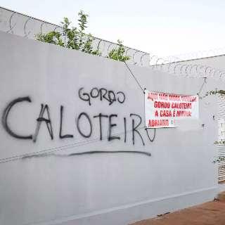 """Pichador insiste contra """"caloteiro"""" e morador revida com placa"""