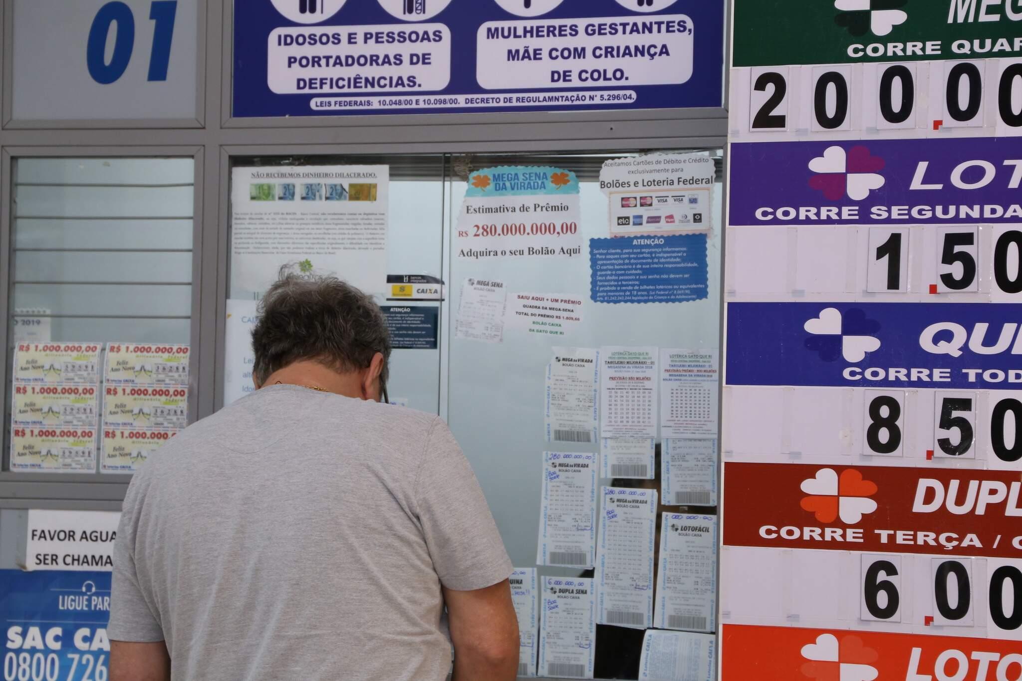 Apostador sendo atendido em lotérica da Capital. (Foto: Kísie Ainoã)