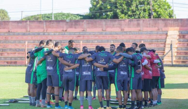 Jogadores do Águia Negra reunidos antes de treino (Foto: João Vitor)