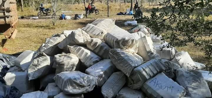 Fardos de maconha encontrados durante o sobrevoo. (Foto: Capitan Bado)