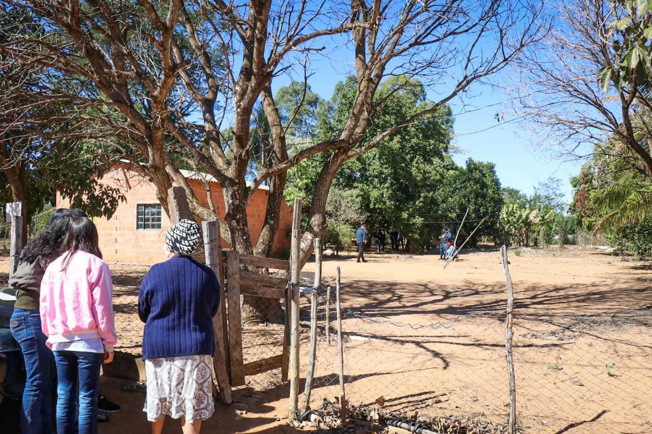 Vizinhos observam movimentação em casa onde ocorreu o crime (Foto: Henrique Kawaminami)
