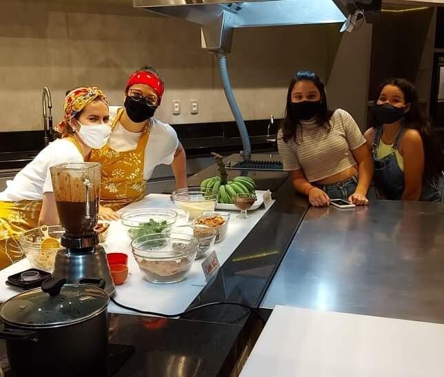 As organizadores na cozinha realizando os preparativos para a oficina de bolo de couve. (Foto: Divulgação/Sesc Cultura)