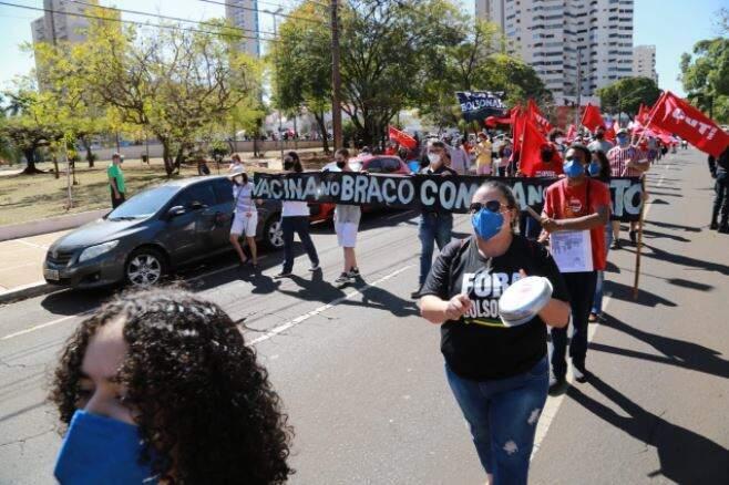 Com faixas, panelas e gritos de ordem, principal avenida de Campo Grande foi ocupada por movimento contra Bolsonaro (Foto Kísie Ainoã)