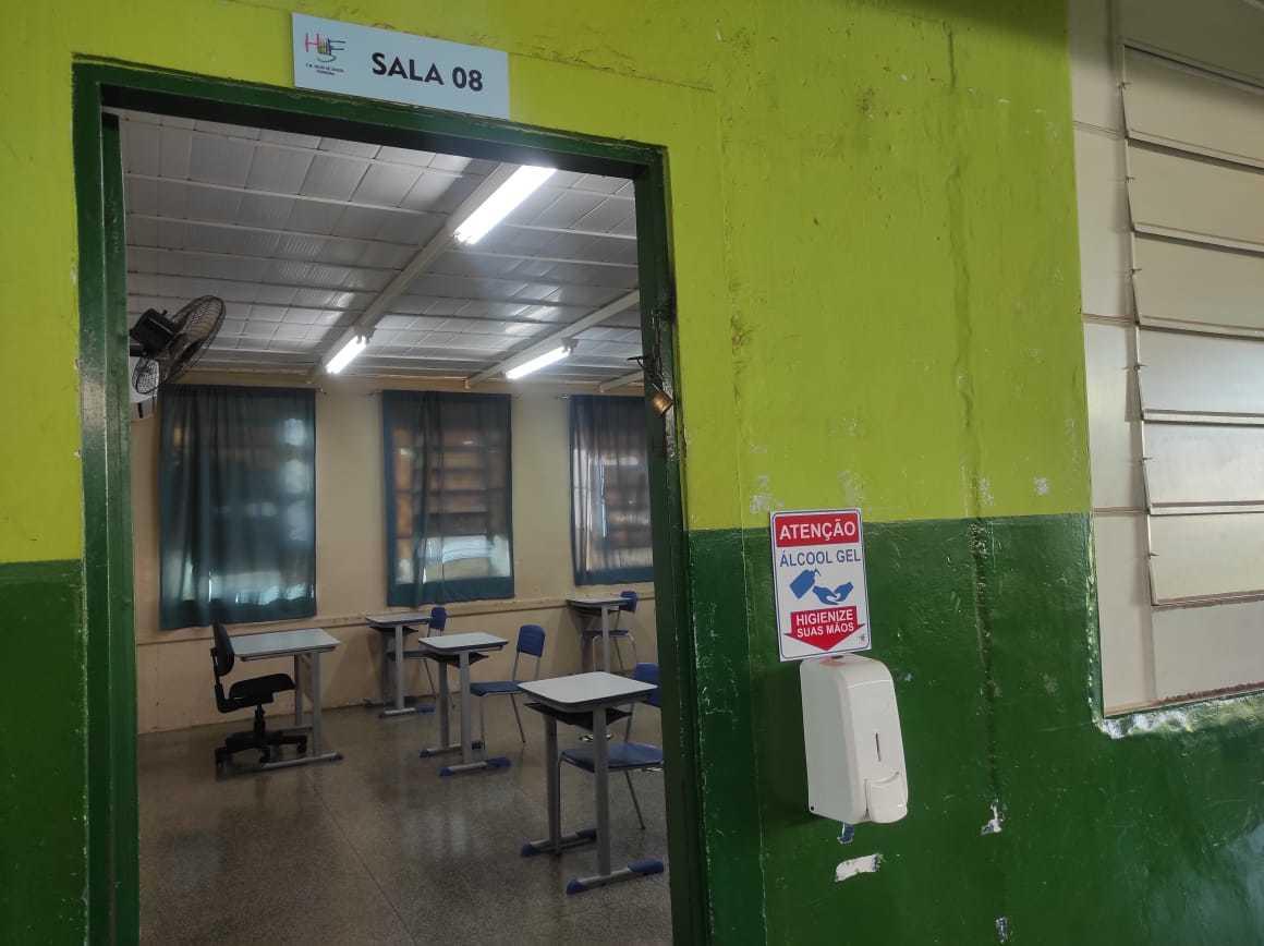 Recepientes com álcool em gel foram instalados na entrada das salas de aulas (Foto: Diogo Gonçalves/PMCG)