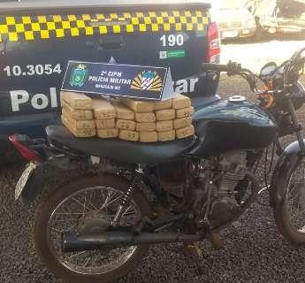Traficante abandona moto com 22 tabletes de maconha em milharal