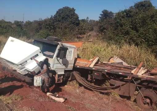 Motorista desvia de andarilho na pista e carreta tomba carregada na BR-163