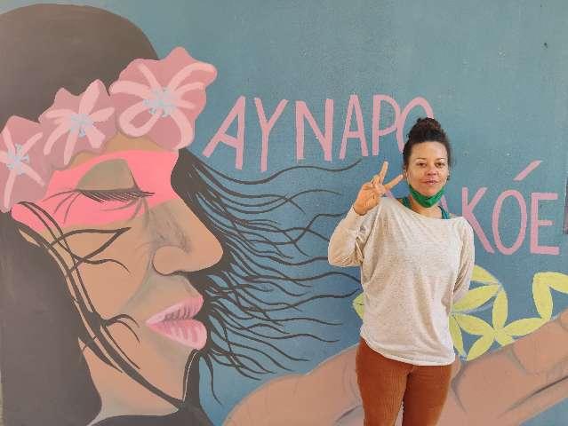 Mãe pinta paredes de escola para resgatar cultura e ensinar crianças