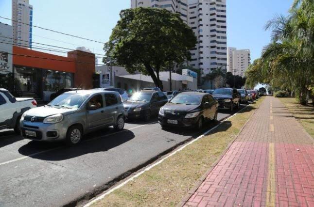 Motoristas que passavam pela região Central de Campo Grande foram surpreendidos pela manifestação que foi a primeira a ocupar as ruas (Foto Kísie Ainoã)