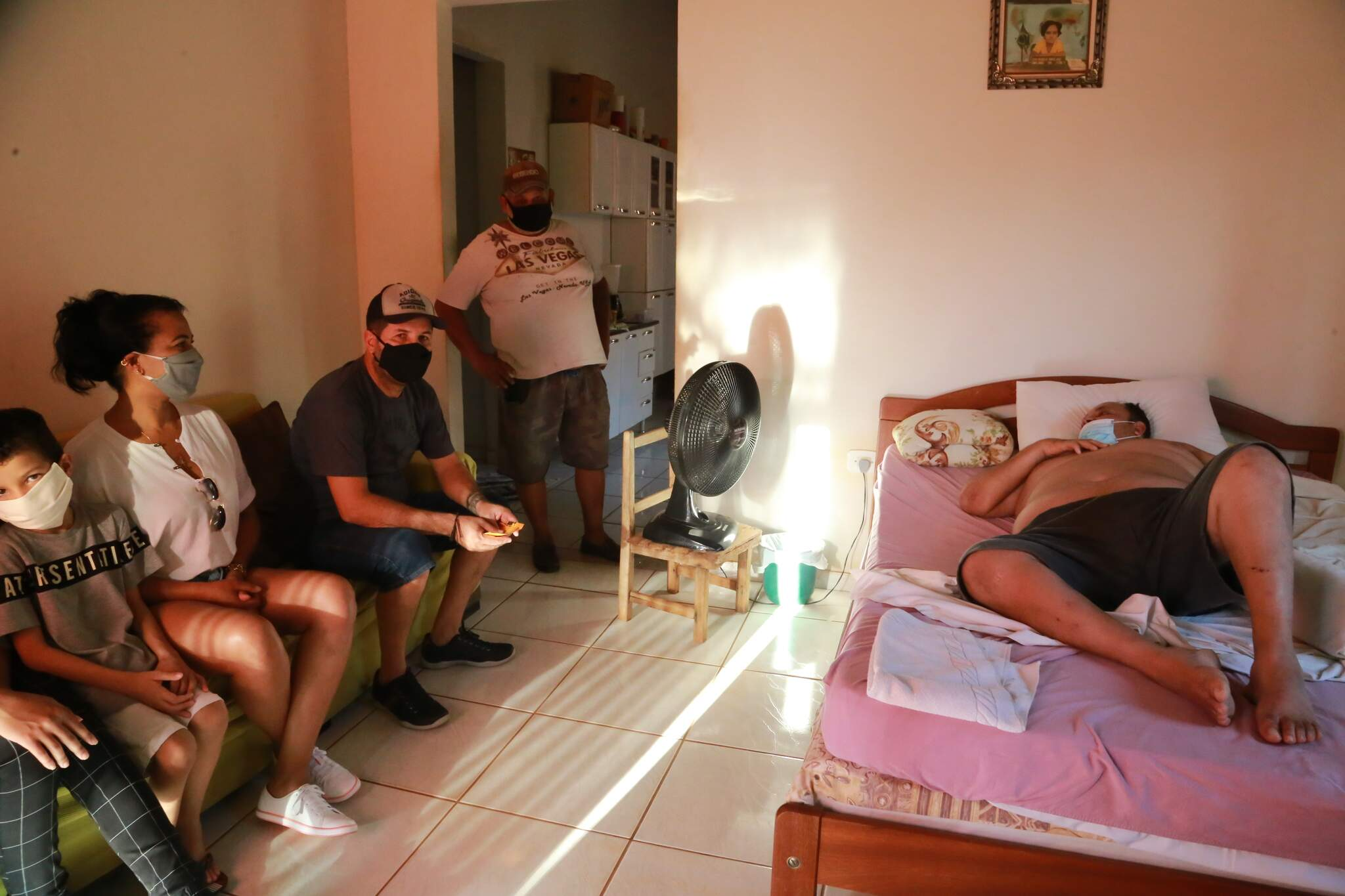Amigos fazem visita depois que Mortadela deixou hospital (Foto: Kísie Ainoã)