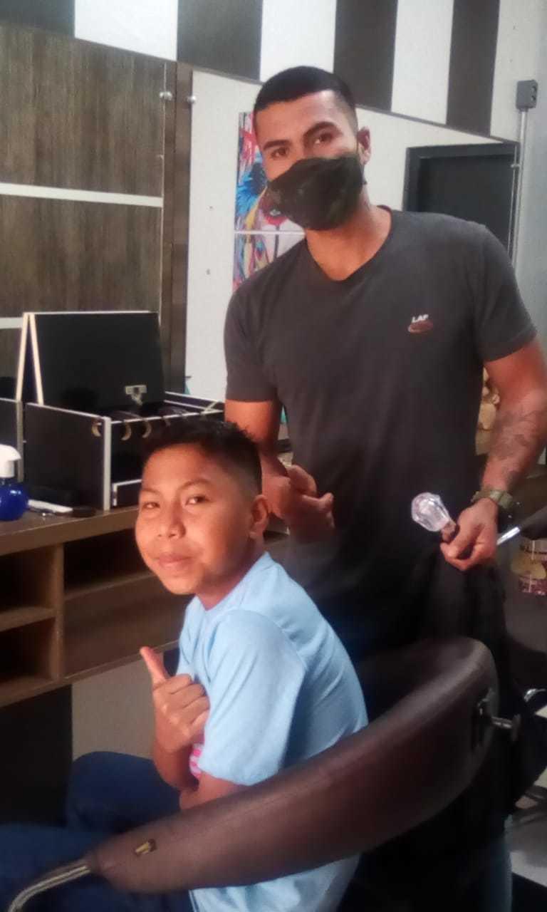 Renando atendendo um cliente dentro da barbearia. (Foto: Arquivo pessoal)