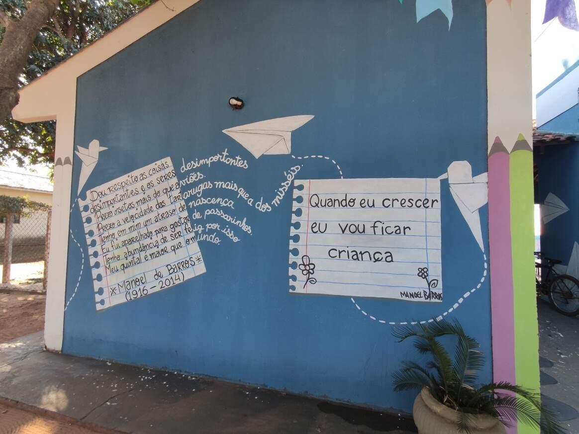Em outra parede tem poemas de Manoel de Barros. (Foto: Divulgação)