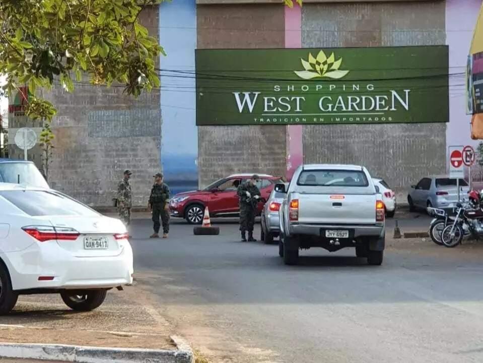 Vítima foi abandonada próximo ao shopping West Garden, no lado paraguaio (Foto: Capitan Bado)