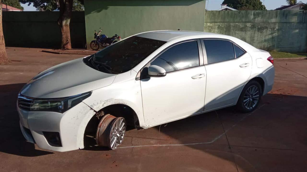 Corolla foi encontrado com pneu estourado e arranhões na lataria (Foto: Divulgação/PCMS)