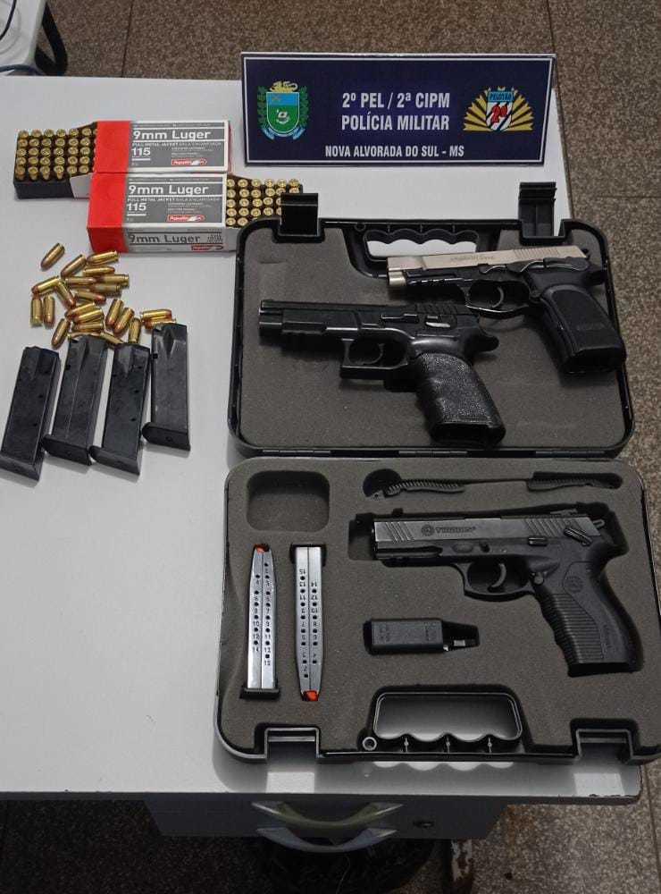 Armas e munições apreendidas com a jovem de 26 anos. (Foto: Polícia Militar)