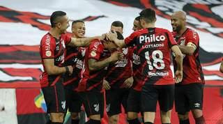 Comemoração dos jogadores após a vitória desta noite. (Foto: José Tramontin/athletico.com.br)