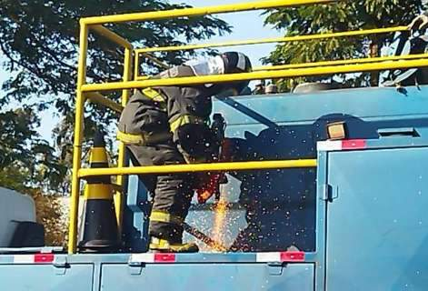 Corpo de bombeiros é acionado para retirar maconha escondida em caminhão