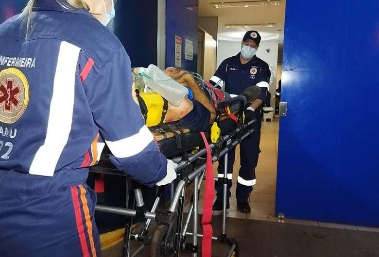 Chegada da vítima no hospital de Dourados. (Foto: Osvaldo Duarte/DouradosNews)
