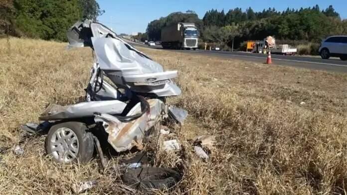 Fiesta ficou totalmente destruído com o acidente (Foto: Direto das Ruas)