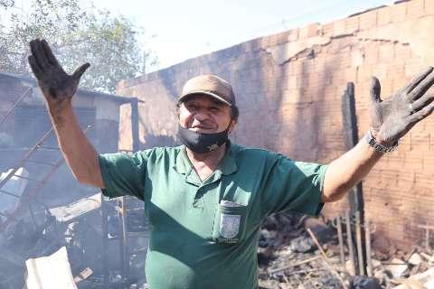 Após fogo destruir casa, dono tenta limpar o que sobrou e pede ajuda
