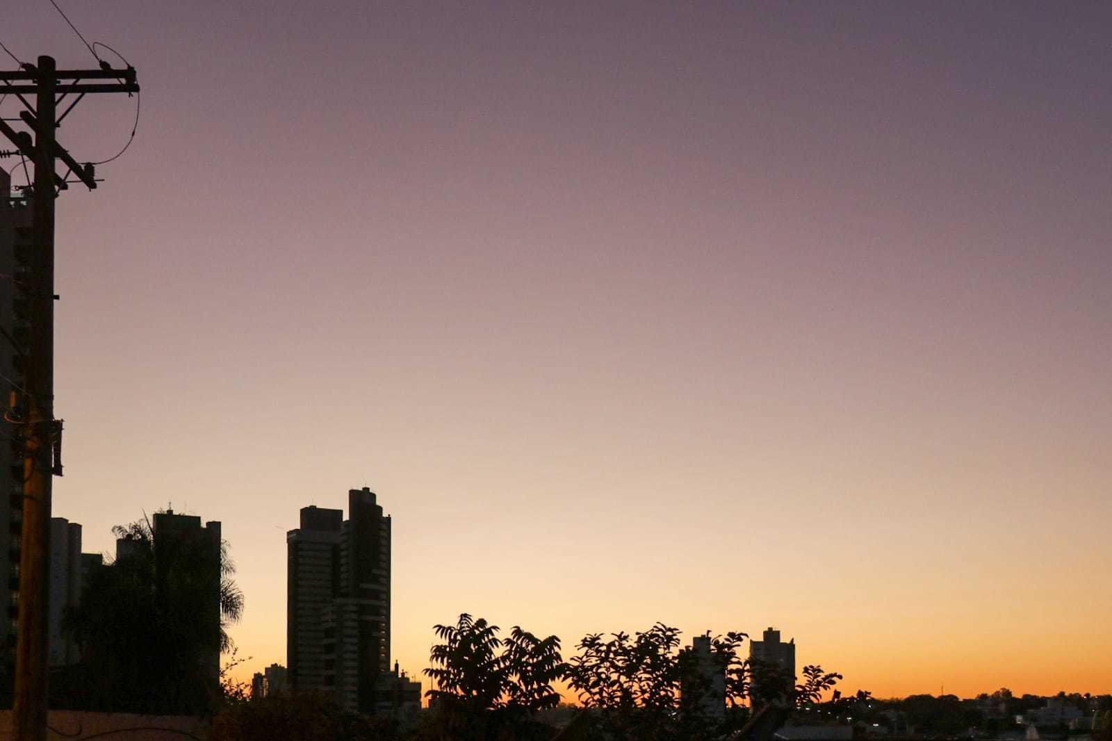 Vista do sol nascendo na região do Santa Fé, em Campo Grande (Foto: Henrique Kawaminami)